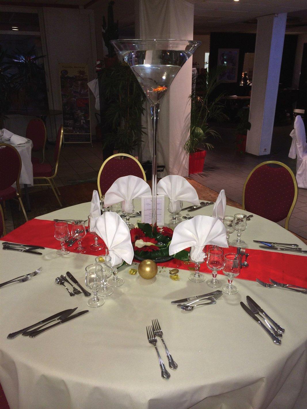 Coupe Martini Ht 90 cm, poissons rouges, couronne de fleurs fraîches