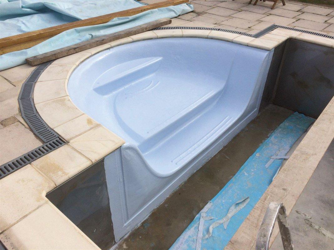Escalier complètement restauré fibre de verre et gelcoat bleu piscine.