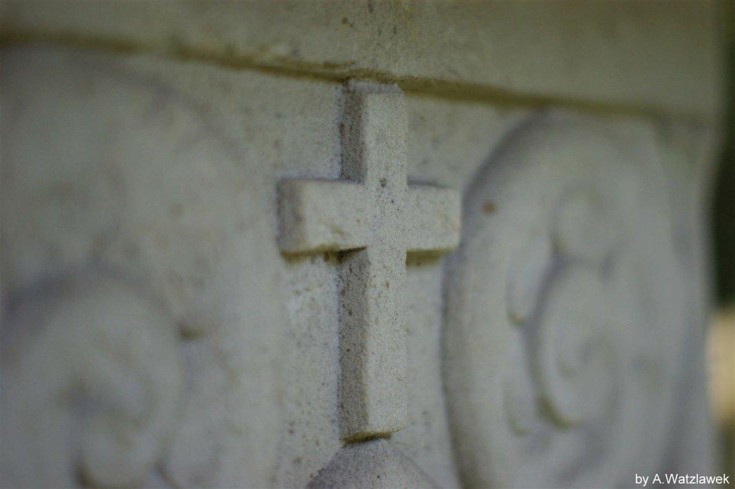 Kreuz auf Stein