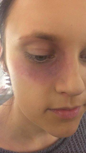 En liten blåveis med teater makeup