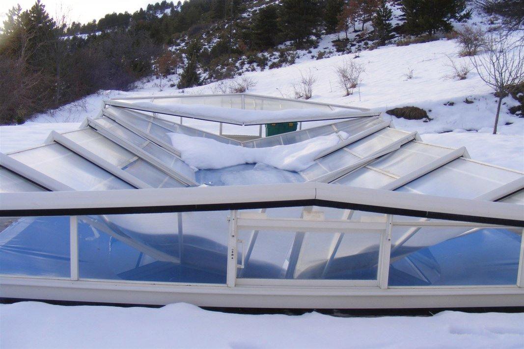 abri de piscine écroulé sous la neige