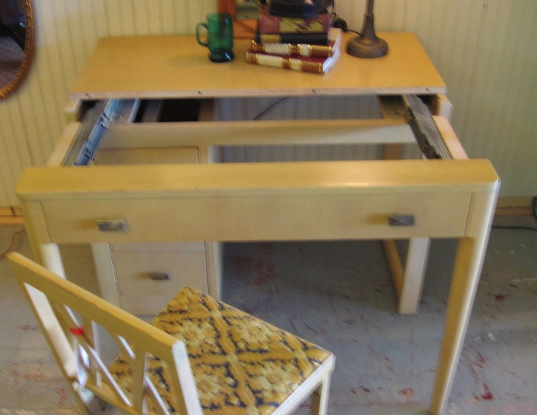 this desk expands to a table