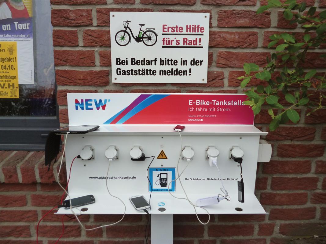 : Charging phone,nos vélos son a l'eau et la bière !