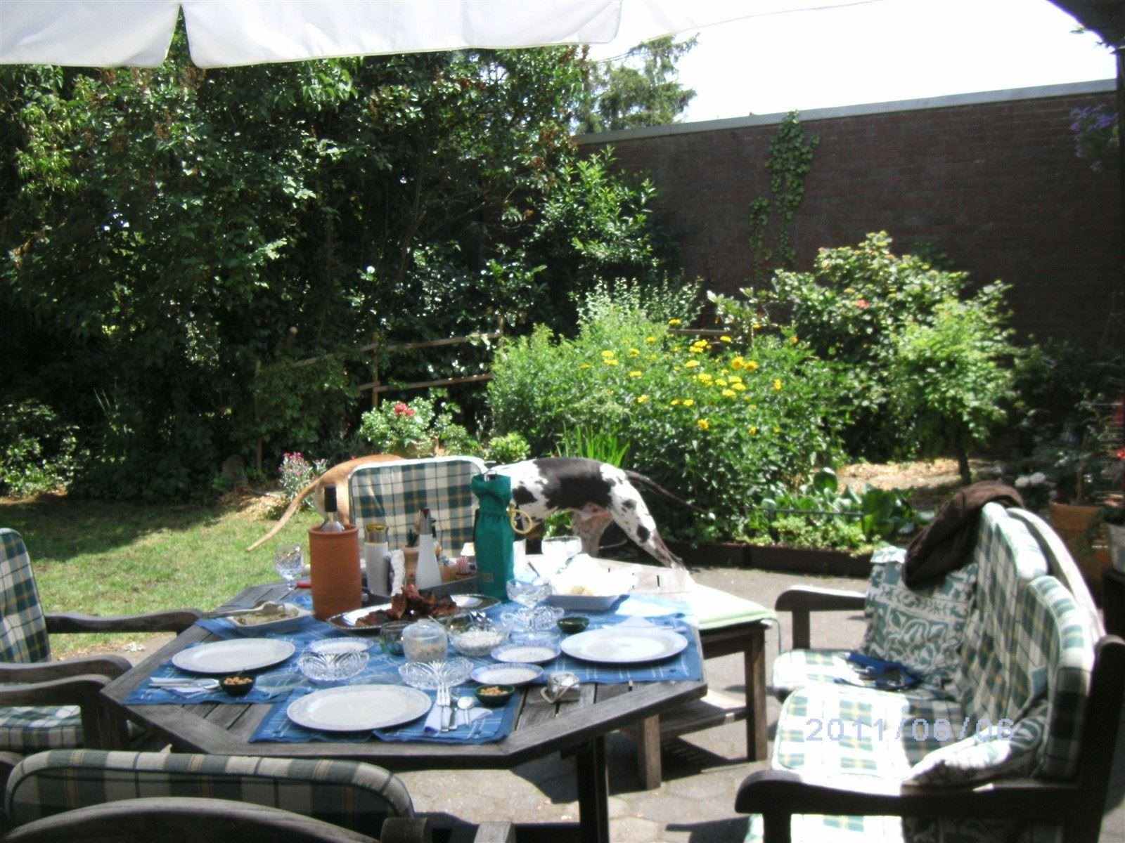 Ein gemütliches Mahl bei Sonnenschein auf der Terrasse