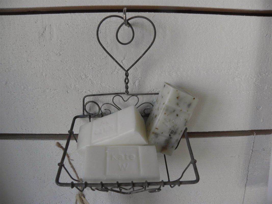 Tvålkopp och doftande tvålar