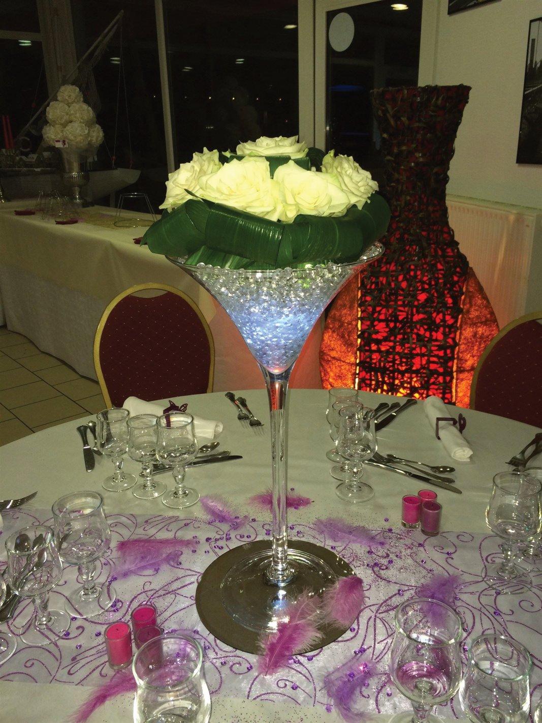 Coupe Martini Ht 50 cm roses fraîches blanches, billes d'eau gélifiées, led