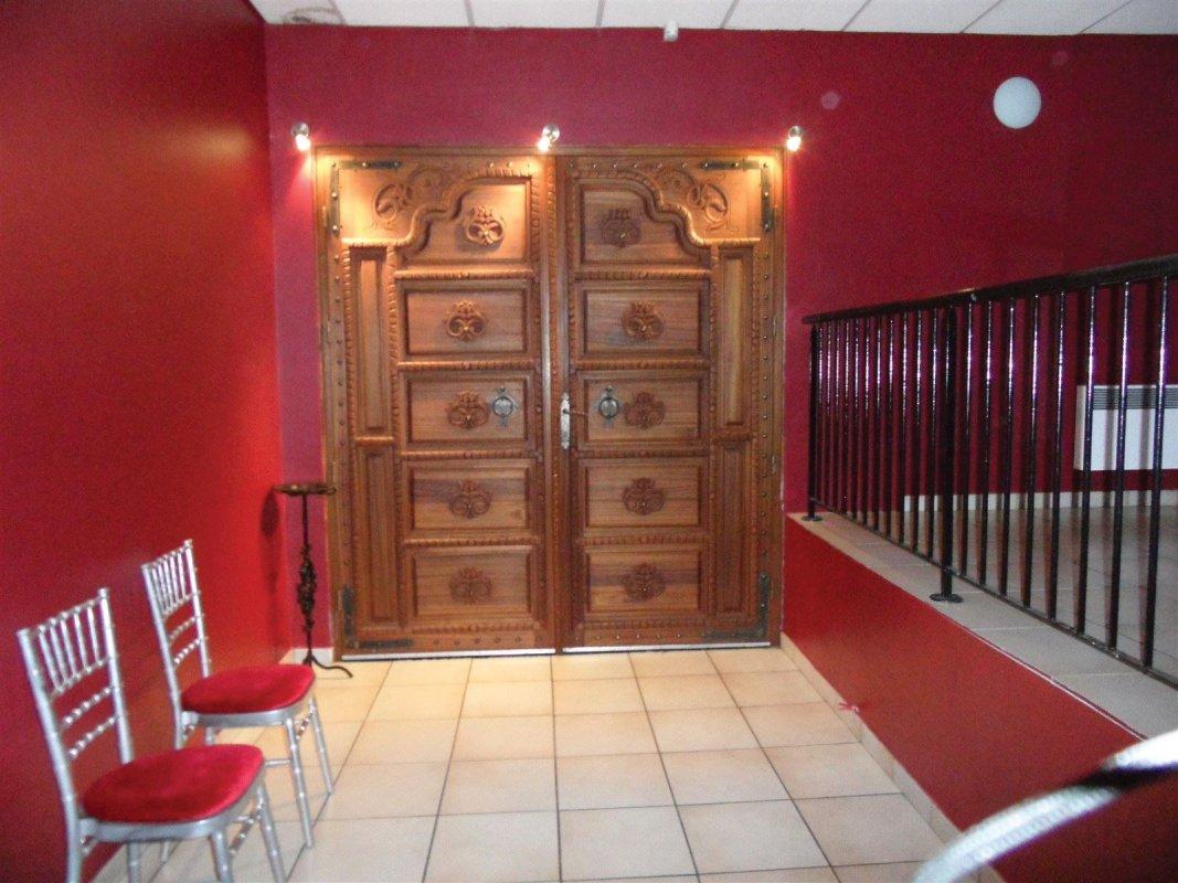 porte indienne en teck au Numéro de Marolles , location de salle pour anniversaires