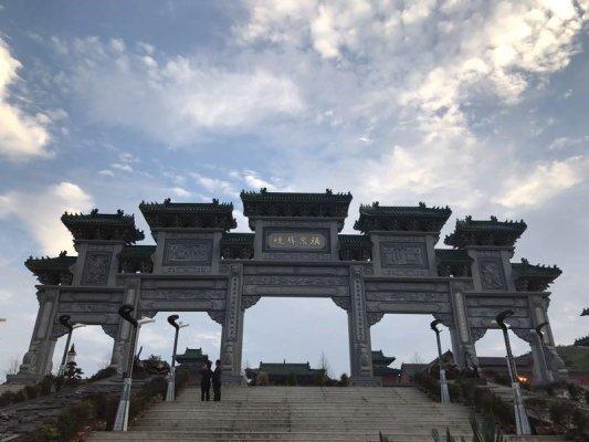 Das Eingangstor in den Ti Ji Tempel in Fu Quan