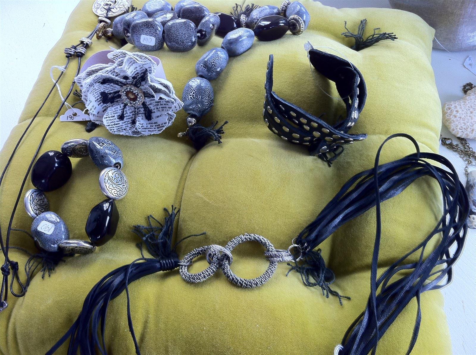 Olika smycken från The Moshi :  Se :www.themoshi.blogg.se