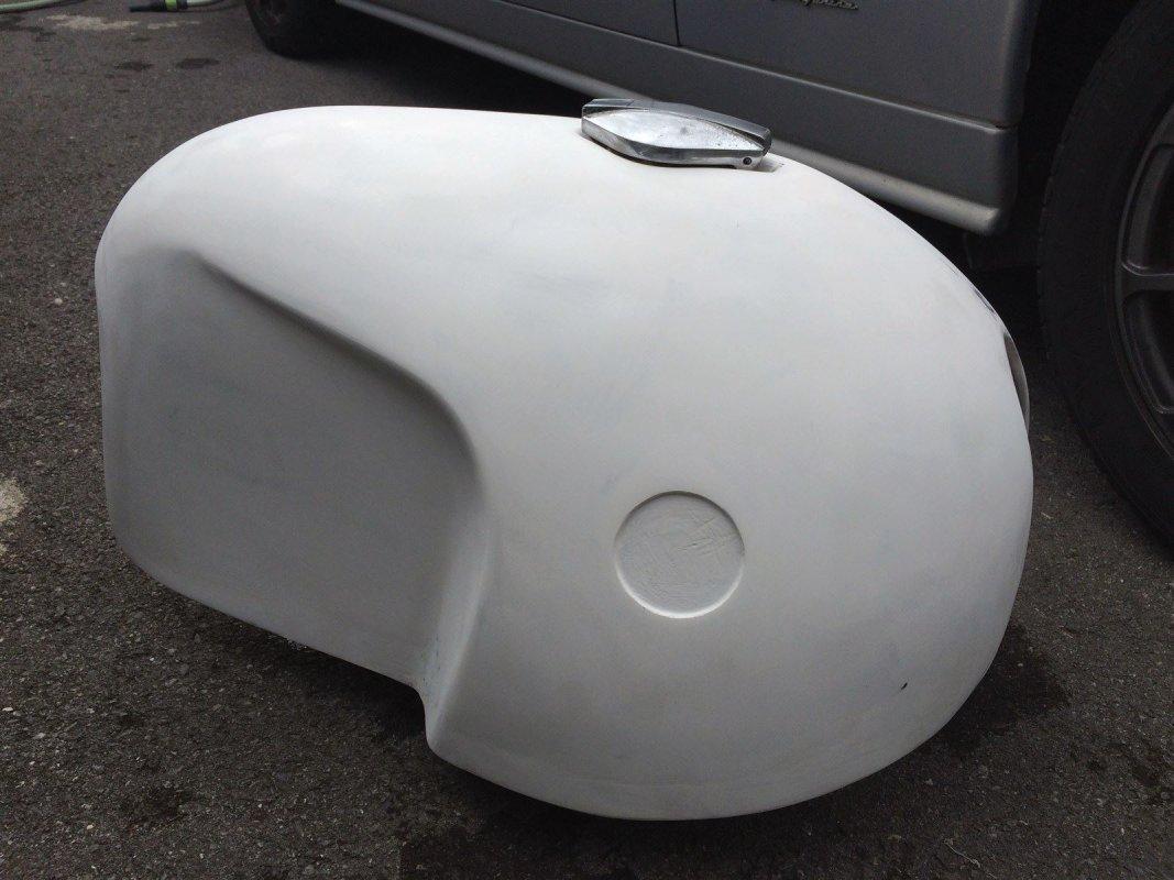 Réservoir en fibre de verre d'une moto BMW série 2 R69s