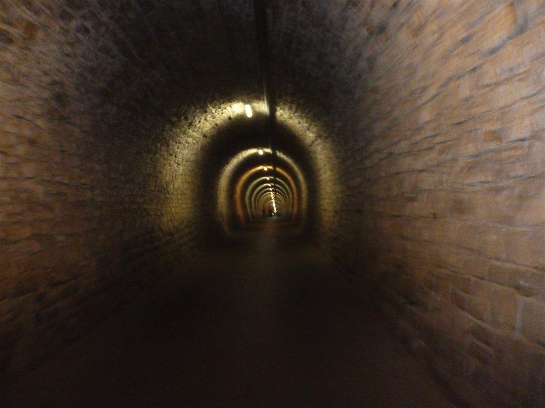 : Passage tunnel en Slovénie, voie cyclable uniquement qui traverse une montagne !
