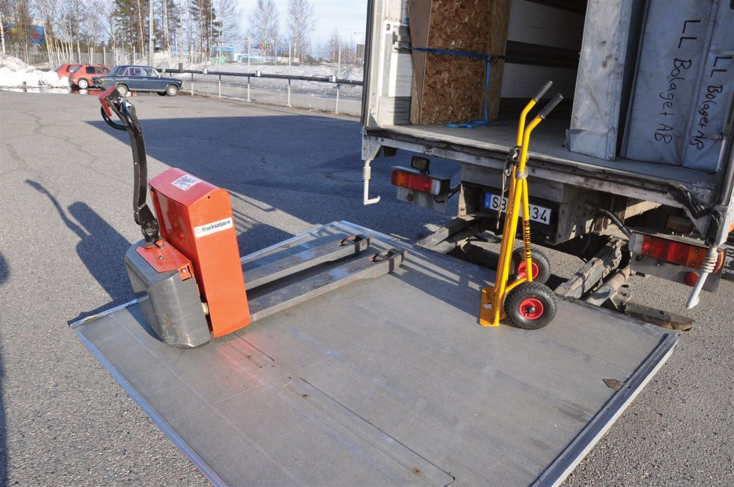 El-trucken för tunga godstransporter klarar 1800 kg och pirran 350 kg, de är fina hjälpmedel vid distribution och hemleveranser.