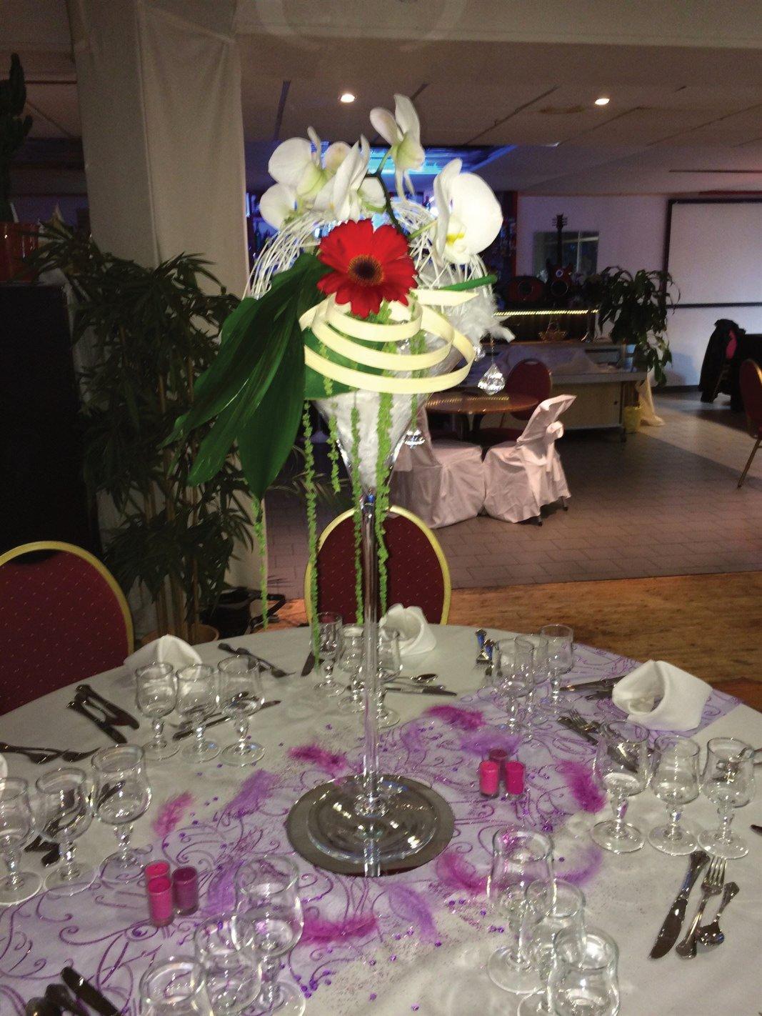 Coupe Martini 1/2 boule d'osier fleurie d'orchidées, gerberas, boa blanc, led